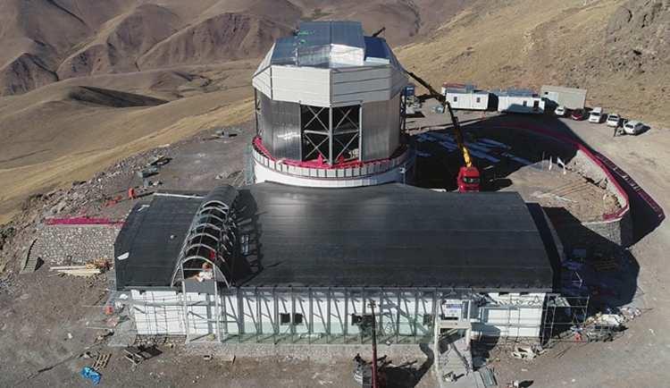 <p>Türkiye'nin en büyük, dünyanın ise önemli gözlemevleri arasında olacak DAG'da, popüler bilimde yıldızların etrafındaki gezegenleri ayrıştırabilecek, gözlemleyebilecek koronograf isimli alet de kullanılacak. Adapte optik sistemi ile atmosferik türbülansı minimum düzeye indiren, gözlem kalitesini de olabildiğince artıran teknoloji kullanılacak.</p>