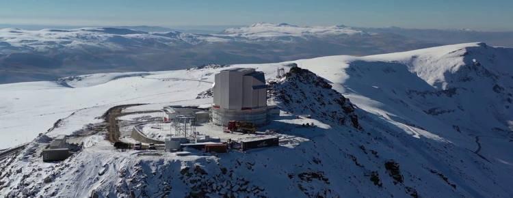 <p>Teleskobun, insan gözünün duyarlı olduğu bölgenin dışında da kırmızı ötesi bölgede gözlem yapabilen, Türkiye'nin ilk kırmızı ötesi teleskobu olacağı kaydediliyor. DAG'a eklenen birkaç optik ve son teknolojik özellik ile beraber bu özellikleri bir arada barındıran, dünyada bu sınıfta tek teleskop olacak.</p>