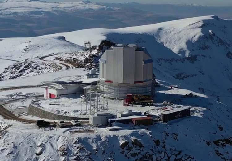 """<p>Erzurum'daki Doğu Anadolu Gözlemevi'nin cari fiyatlarla yaklaşık 300 milyon liraya yaklaşan yatırım olduğunu kaydeden Bakan Varank, """"Burada bilim insanlarımız uzayla ilgili gözlem faaliyetlerini gerçekleştirecekler. Bunun yanında optik merkezimiz diyebileceğimiz, optik ile ilgili çalışmaların yapılacağı, Ar-Ge faaliyetlerinin hatta üretim faaliyetlerinin yapılacağı bir altyapı da bu kapsamda burada kurulacak.</p>"""