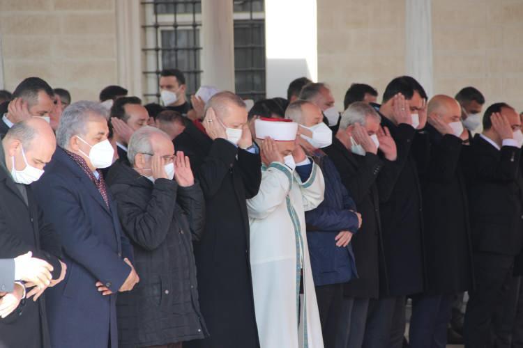 """<p>Cumhurbaşkanı Recep Tayyip Erdoğan, dün tedavi gördüğü hastanede yaşamını yitiren kanaat önderi Hafız Abdullah Nazırlı'nın (107) cenaze törenine katıldı. Cumhurbaşkanı Erdoğan, Elazığ'a son gelişinde Nazırlı'yı tedavi gördüğü hastanede ziyaret ettiğini belirterek, """"O gün hastanede kendisini ziyaretimizde Diyanet İşleri Başkanı, bakan, milletvekili arkadaşlarımız da yanımızdaydı.</p>"""