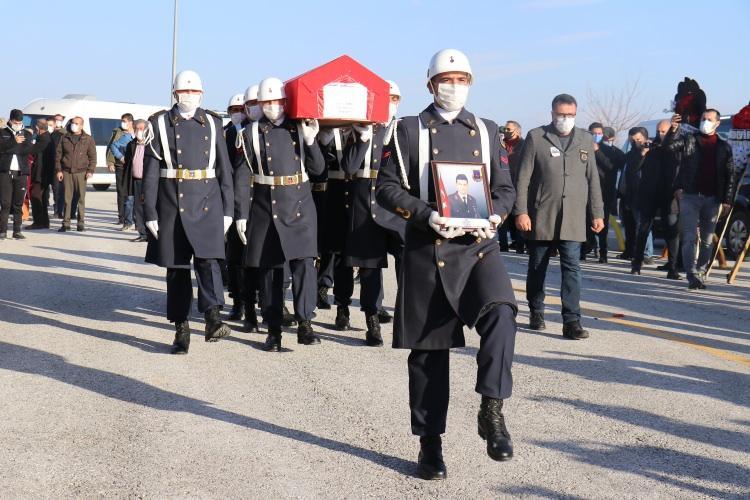 <p>10 Şubat'ta Kuzey Irak'ın Gara bölgesinde PKK terör örgütü tarafından şehit edilen 13 vatandaştan birisi olan Astsubay Çavuş Semih Özbey, memleketi Malatya'da düzenlenen törenle defnedildi.</p>