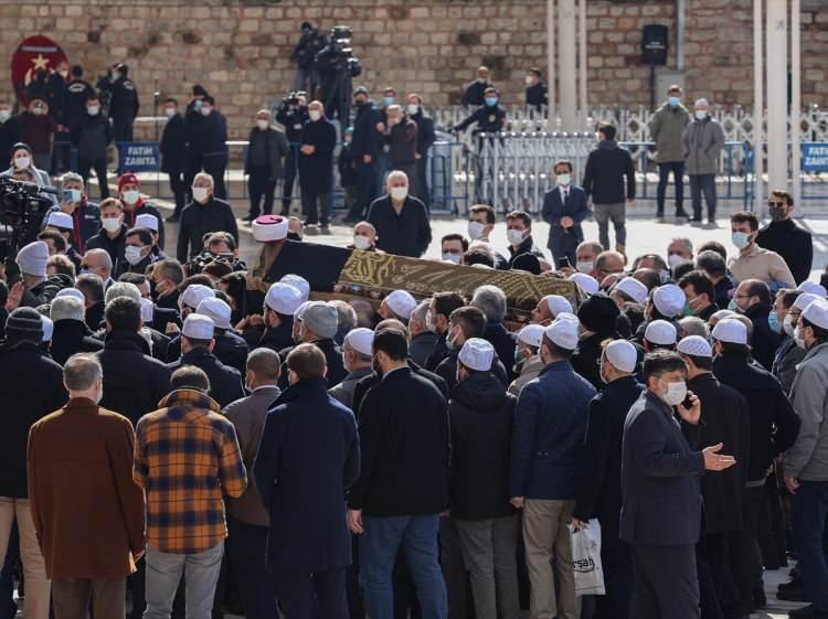 <p>Tedavi gördüğü hastanede 92 yaşında hayatını kaybeden Türkiye'nin önde gelen hadis, tefsir ve fıkıh alimlerinden M. Emin Saraç'ın cenazesi, evinde helallik alınmasının ardından yakınları, talebeleri ve sevenlerinin omuzlarında Fatih Camisi'ne götürüldü.</p>