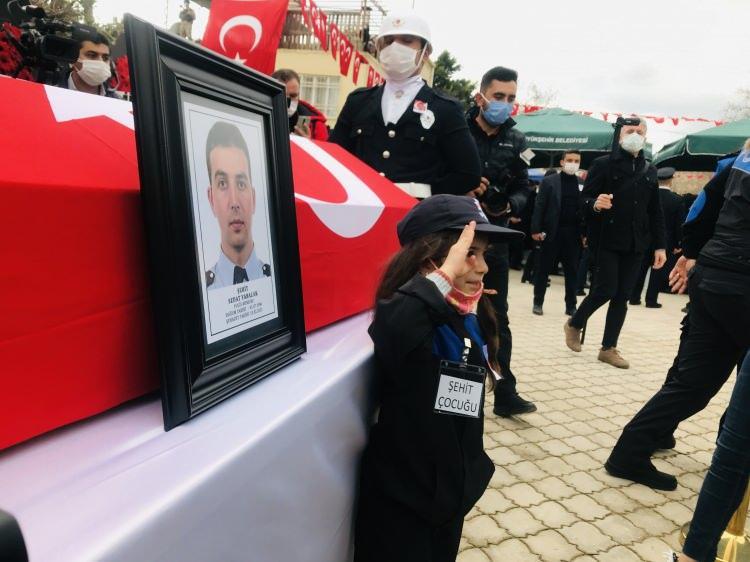 <p>Irak'ın kuzeyi Gara bölgesinde terör hedeflerine yönelik olarak gerçekleştirilen Pençe Kartal-2 Harekatı kapsamında bölücü terör örgütü tarafından şehit edilen polis memuru Sedat Yabalak'ın cenazesi, sabaha karşı uçakla Gazipaşa-Alanya Havalimanına, oradan da kara yoluyla memleketi Mersin'in Bozyazı ilçesine getirildi.</p>  <p></p>