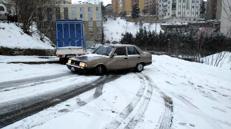 <p>Sabah saatlerinde etkisini artıran kar yağışı yerleri beyaza bürüdü.</p>