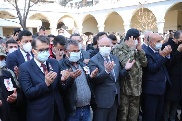 <p>Törene Enerji ve Tabii Kaynaklar Bakanı Fatih Dönmez, Vali Ömer Faruk Coşkun, Büyükşehir Belediye Başkanı Hayrettin Güngör ile şehidin yakınları katıldı.<br /> </p>