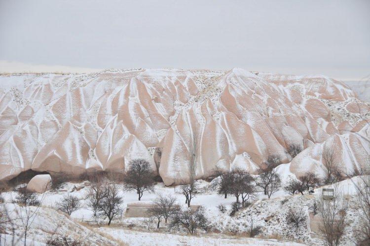 <p>Türkiye'nin önemli turizm merkezlerinden Kapadokya bölgesinde yağan kar yağışıyla birlikte peribacaları tablo gibi fotoğraflar verdi.</p>