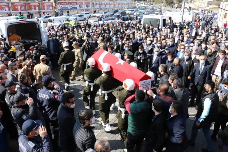 <p>Şehit Hüseyin Sarı'nın naaşı, Şeyh Adil Mezarlığı Şehitliği'ne defnedildi.</p>
