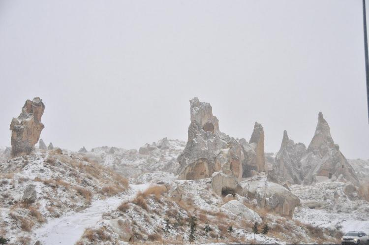 <p>Bölgeyi ziyaret eden turistlerin ise ATV turlarıyla karla kaplı peribacalarının görsel şölenini keşfetmesi dikkatlerden kaçmadı.</p>