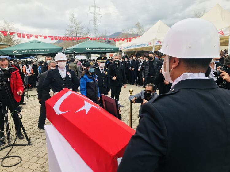 <p>Şehidin 7 yaşındaki kızı Zeynep Yabalak'ın, polis kıyafeti içerisinde, babasının naaşı önünde selam durması ise görenleri duygulandırdı.<br /> </p>