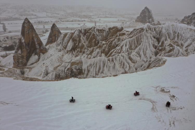 <p>Nevşehir'in merkez ilçeye bağlı Uçhisar ve Göreme beldelerinde bulunan peribacaları kar yağışı ile birlikte tablo gibi görüntüler verdi.</p>