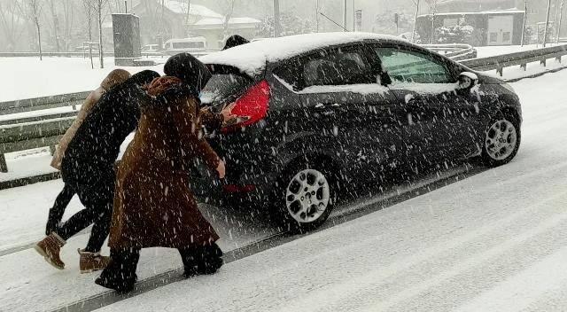 <p>İstanbul'da sabah saatlerinden itibaren etkili olan kar yağışı nedeniyle sabah işe gitmek isteyenler araçları ile yolda kaldı.</p>