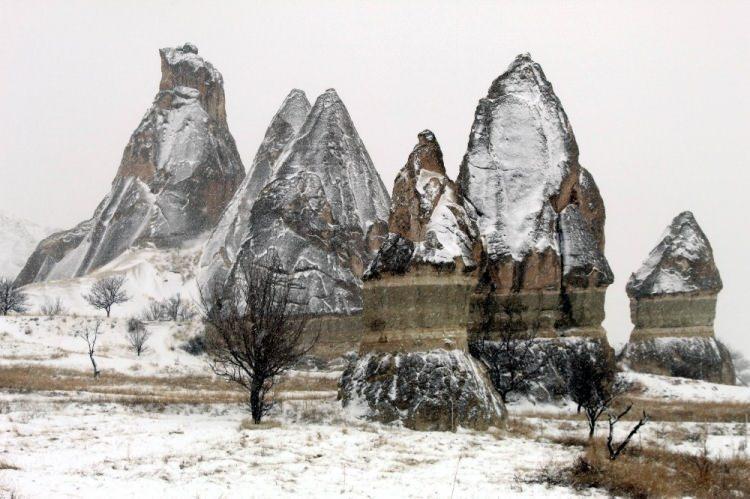 <p>Türkiye'nin önemli turizm merkezlerinden Kapadokya bölgesinde bu sabah saatlerinde başlayan kar yağışı ile birlikte peribacaları adeta görsel şölen yaşattı.</p>