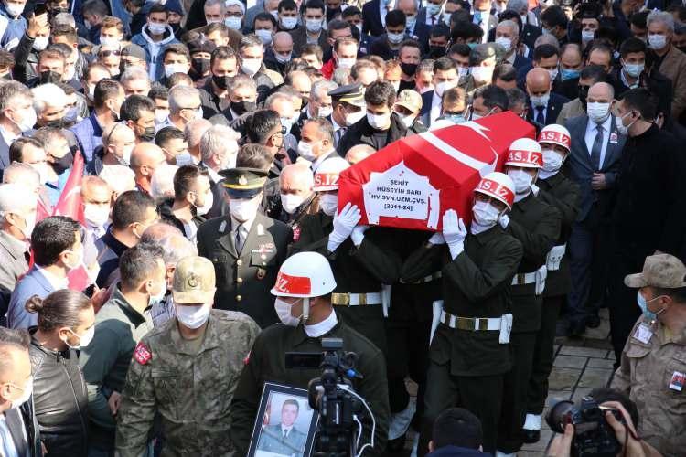 <p>Kahramanmaraş'ta kendi düğününe gelirken terör örgütü PKK tarafından 13 Ağustos 2015 tarihinde Diyarbakır-Bingöl karayolunda yolcu otobüsünden indirilerek alıkonulan ve 5 buçuk yıl sonra şehit edilen Hava Savunma Uzman Çavuş Hüseyin Sarı (32), memleketi Kahramanmaraş'ta son yolcuğuna uğurlandı.</p>