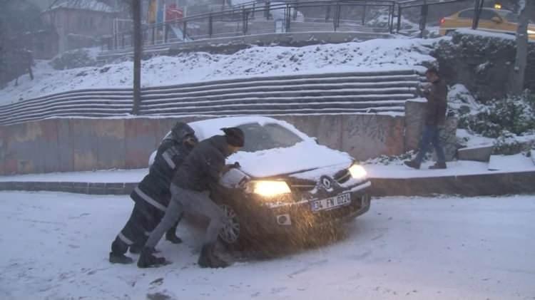 <p>Karla kaplanan yollar nedeniyle işe gitmek için yola çıkan birçok kişi araçlarıyla yolda kaldı. Bazıları patinaj çekerek gitmeye çalıştı.</p>