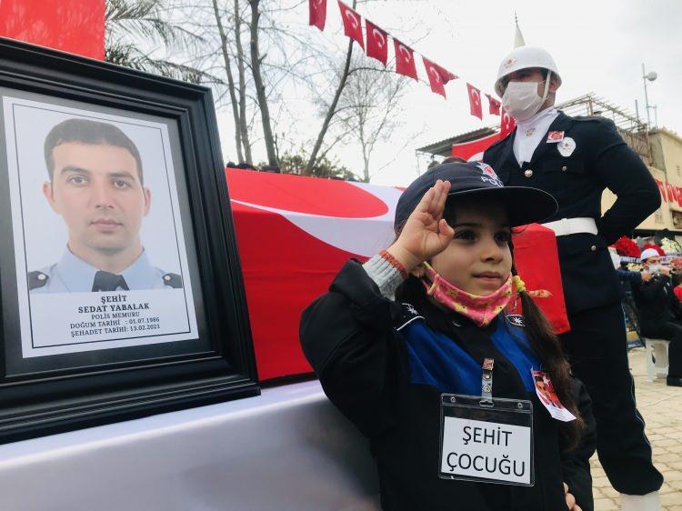 <p>İçişleri Bakanı Süleyman Soylu'nun da katılacağı tören öncesi şehit polis memurunun Türk bayrağına sarılı naaşı cami önüne getirilirken, acılı anne Ünzile Yabalak ile baba Kadir Yabalak ve şehidin eşi Ebru Yabalak'ı yakınları teskin etmeye çalıştı.</p>