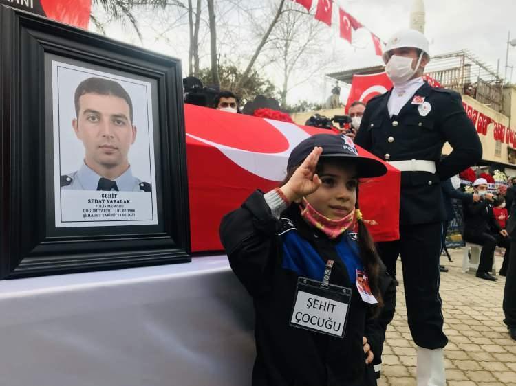 <p><strong>Cenazeye Bakan Soylu da katılacak<br /> </strong><br /> Evli ve 3 çocuk babası şehit polis memuru için ailesinin yaşadığı Tekeli Mahallesi'ndeki Tekeli Cami'inde tören düzenleniyor.</p>