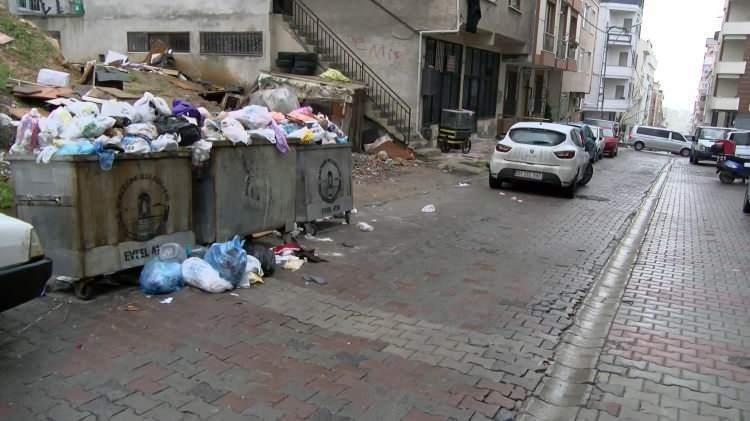 """<p><strong>Maltepe Belediyesinde işçiler greve başladı</strong></p>  <p>Grev kararı sonrası Maltepe'deki bazı sokaklarda çöp konteynerleri doldu taştı. Taşan çöpler, yerlerde birikirken mahalle sakinleri duruma isyan etti. Bir mahalle sakini, """"Gördüğümüz üzücü bir manzara.</p>"""