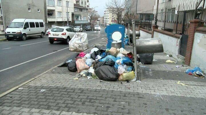 <p><strong>Maltepeliler toplanmayan çöplere isyan etti: Bu ne rezillik Allah aşkına, virüsten daha tehlikeli değil mi bu?</strong></p>  <p>Maltepe Belediyesinde çalışan 1500 işçiyi kapsayan toplu iş sözleşmelerinde anlaşma sağlanamaması üzerine dünden itibaren grev başladı. Maltepe'de sokaklarda çöp yığınları oluştu. Grev kararı sonrası Maltepe'deki bazı sokaklarda çöp konteynerleri doldu taştı.</p>