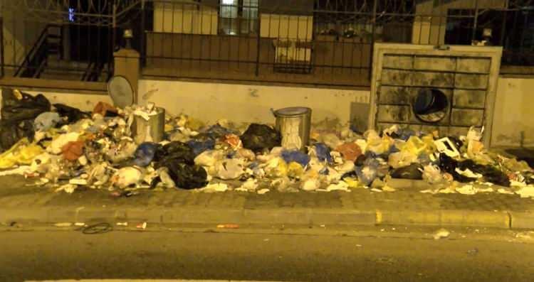 <p>Bağlarbaşı semt pazarı sonrası yerdeki çöplerin toplanmadığı da görüldü. Meyve sebze artıkları yerde kaldı.</p>