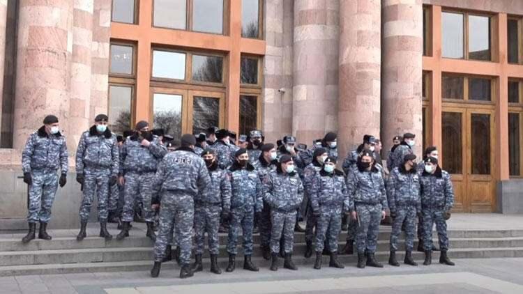"""<p>Ermenistan ordusunun istifa çağrısının ardından Paşinyan, ordunun kendisine yönelik istifa çağrısını """"darbe girişimi"""" olarak nitelendirerek, destekçilerini sokağa çağırdı.</p>  <p></p>"""