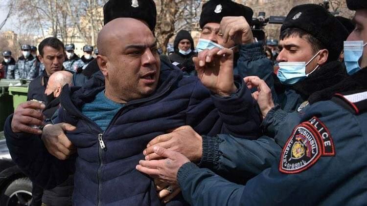 <p>Ermenistan ordusu, Başbakan Paşinyan'ın ve hükümetinin istifa etmesi çağrısında bulundu, çok sayıda halk sokaklara döküldü.</p>