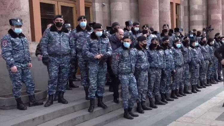 <p>Hemen her hafta polis müdahaleleriyle sonuçlanan ve arbedenin yaşandığı eylemlerde göstericiler, Başbakan Nikol Paşinyan ve beraberindeki hükümetin istifasını talep ediyor.</p>