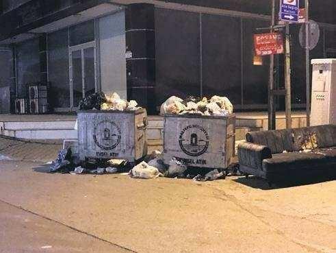 <p>Taşan çöpler, yerlerde birikirken mahalle sakinleri duruma isyan etti. Bir mahalle sakini, 'Vaziyete bakar mısınız? Kar oldu, yemeğe tuz atacak kadar tuz atmadılar bu yollara ana arterler de dahil.</p>