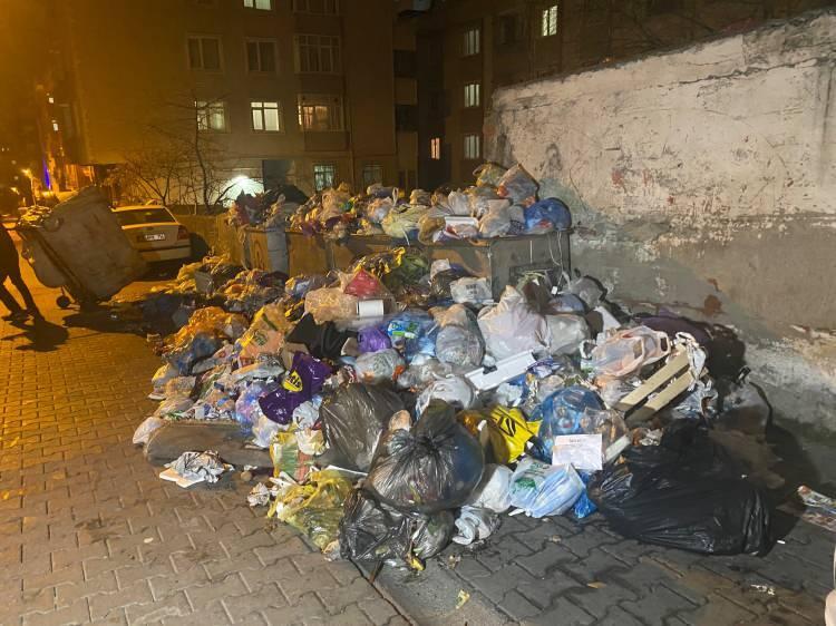 <p>İstanbul'da CHP'nin yönettiği belediyelerde toplu iş sözleşmesi görüşmelerinden bir sonuç çıkmayınca peş peşe grev kararları alınmaya başladı.</p>