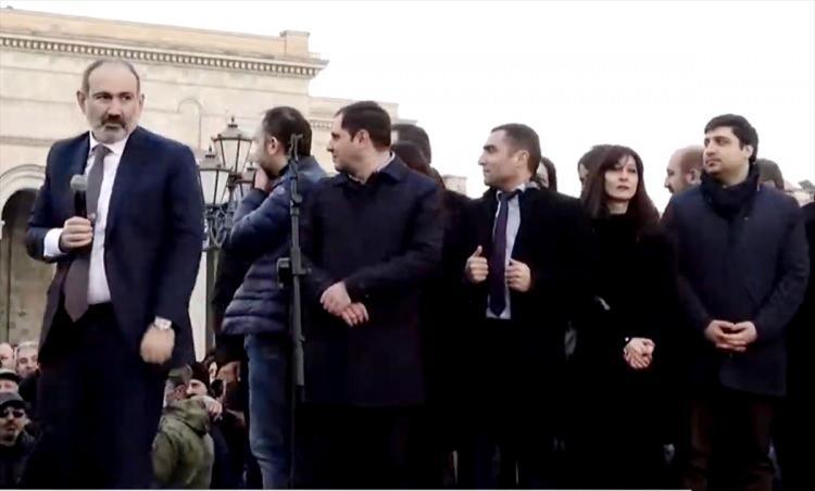 <p>Ermenistan Başbakanı Nikol Paşinyan, orduya karşı taraftarlarına destek çağrısında bulundu.</p>