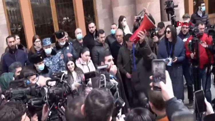"""<p><strong>PAŞİNYAN'DAN YENİ AÇIKLAMA</strong></p>  <p>""""Ülkede bir darbe girişimi yaşanıyor"""" dedikten sonra destekçilerine sokağa çıkma çağrısında bulunan Paşinyan, Erivan'daki Cumhuriyet Meydanı'na destekçilerinin yanına geldi.</p>"""