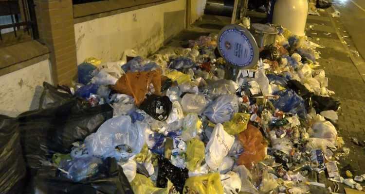 <p>Saatler geçtikçe çöp birikintilerinin daha da arttığı görüldü. Zümrütevler Mahallesi'nin cadde ve sokaklarında gece saatlerinde yol üzerinde bulunan çöp konteynerleri ve yeraltı konteynerlerinde birikmeye devam eden çöpler görüntülendi.</p>  <p></p>