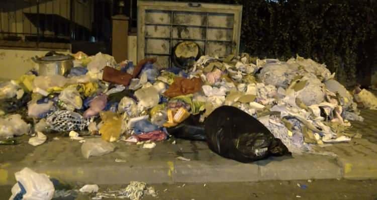 <p>Grev kararı sonrası Maltepe'deki bazı sokaklarda çöp konteynerleri doldu taştı. Taşan çöpler, yerlerde birikti.</p>
