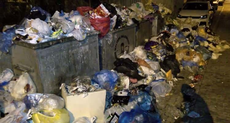 <p>Maltepe'de belediyede çalışan bin 500 işçiyi kapsayan toplu iş sözleşmelerinde anlaşma sağlanamaması üzerine önceki günden itibaren grev başlamış, Maltepe'de sokaklarda çöp yığınları oluşmuştu. Dün akşam ve bu gece saatlerinde çöplerin daha da arttığı görüldü.</p>  <p></p>
