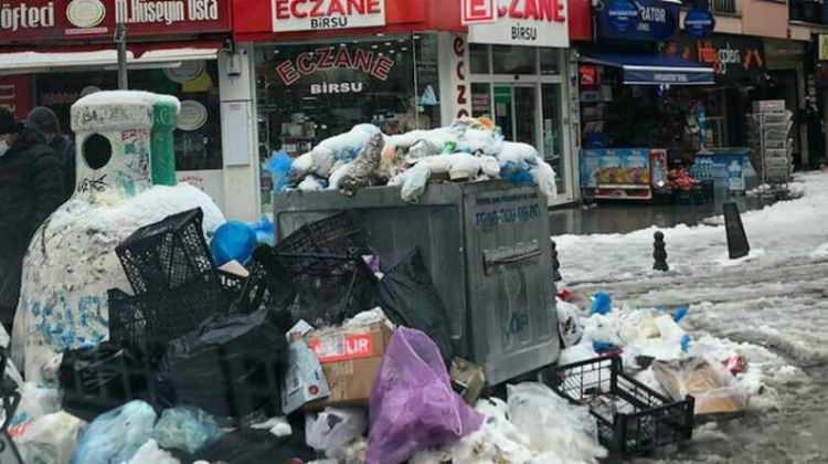 <p><strong>Maltepe'de çöp dağları oluştu: Vatandaşlar isyan etti</strong></p>  <p>Maltepe Belediyesi'nde çalışan bin 500 işçiyi kapsayan toplu iş sözleşmelerinde anlaşma sağlanamaması üzerine dünden itibaren grev başladı. Maltepe'de sokaklarda çöp yığınları oluştu.</p>