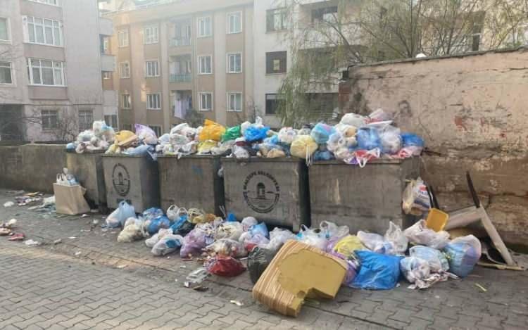 <p>Öte yandan gece saatlerinde grev yapan işçiler Zümrütevler'de bulunan belediyeye ait garajda toplanarak ateş yakarken gündüz kurulan semt pazarının kaldırılmasının ardından yerlerde çöp birikintileri kaldı.</p>