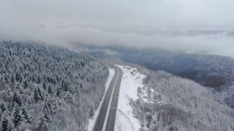 <p>Anadolu Otoyolu'nun Bolu Dağı Tüneli kesiminde kar yağışı aralıklarla etkisini sürdürürken, bölgedeki kar manzarası havadan görüntülendi.</p>