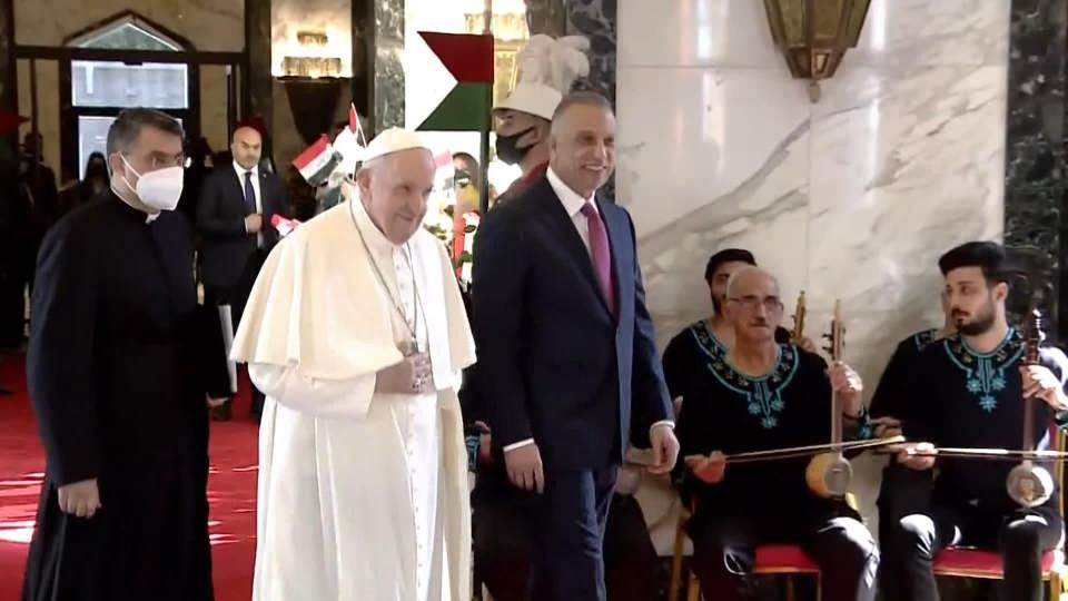 <p>Papa havalimanında Irak Başbakanı Mustafa El Kazımi tarafından karşılandı. Papa Franscis, Irak Başbakanı El Kazimi ile kısa bir görüşme gerçekleştirdi. Papa, havalimanından Irak'ın yöresel müzikleri eşliğinde karşılandı.</p>  <p></p>  <p></p>