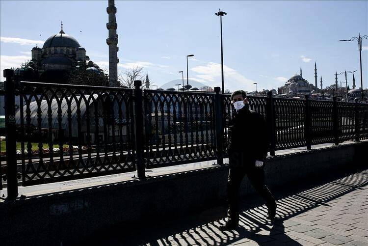 <p><strong>HALI SAHA VE YÜZME HAVUZLARINA GİTMEK YASAK</strong><br /> <br /> Bunların dışında halı saha ve yüzme havuzları İstanbul'da kapalı kalmaya devam edecek. Genel Kurullar 300 kişiye kadar kapasite ile yapılabilecek. Kamu kurumları normal işleyişlerine, saatlerine geri dönecek.</p>
