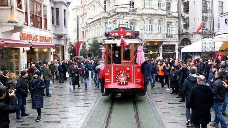 <p><strong>YÜZ YÜZE EĞİTİMDE SON DURUM</strong><br /> <br /> Milyonların merakla beklediği yüz yüze eğitimin İstanbul'da nasıl sürdürüleceği de netleşti. Türkiye'nin tamamında okul öncesi, ilkokul, 8. ve 12. sınıflarda yüz yüze eğitime geçilecek. İstanbul'da; ortaokullar uzaktan eğitime devam edecek; liselerde ise yüz yüze sınavlar yapılabilecek.</p>