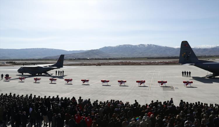 <p>Ambulanslarla törenin düzenlendiği Elazığ Havalimanı'na getirilen şehitlerin Türk bayrağına sarılı naaşları, silah arkadaşlarının omuzlarında katafalka konuldu.</p>  <p></p>