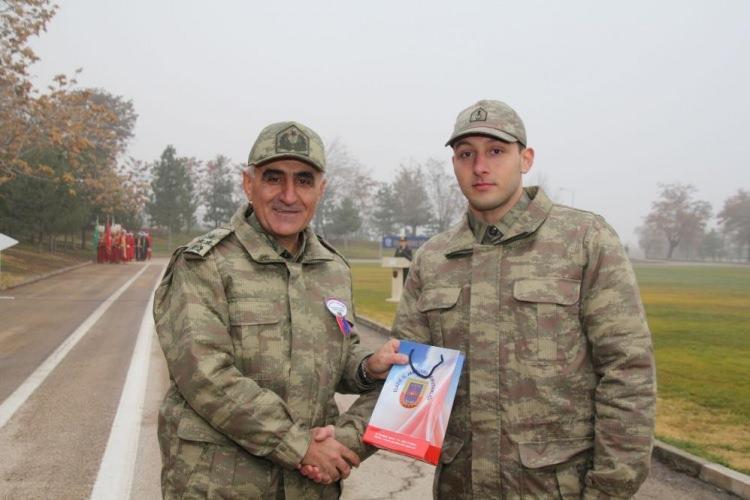 <p>11 askerin şehit olduğu 2 askerin de yaralandığı helikopter kazasında Elazığ 8. Kolordu Komutanı Korgeneral Osman Erbaş da şehit oldu. Korgeneral Erbaş, yaklaşık 5 yıldır 8. Kolordu Komutanlığını yürütüyordu.</p>
