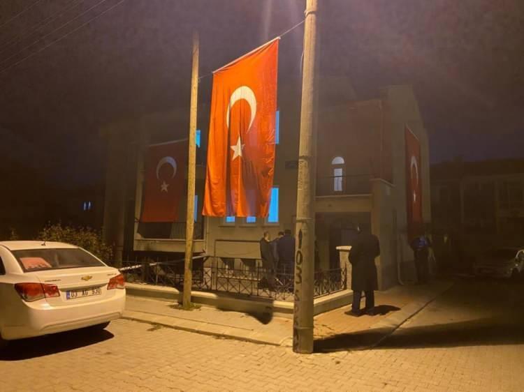 <p>Şehidin ailesinin evine Türk bayrakları asılırken, haberi duyan komşuları ve diğer yakınları eve akın etti. Şehit evine ayrıca yaşanabilecek bir olumsuzluğa karşı 112 ambulansı da gönderildi.</p>