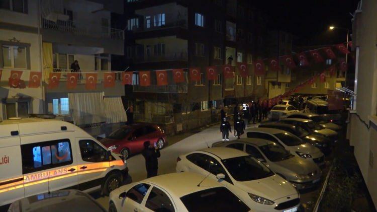 <p>Bingöl'den Tatvan'a giderken kaza kırıma uğrayan Kara Kuvvetleri Komutanlığı'na ait Cougar tipi helikopterde şehit olan 11 askerden Astsubay Kıdemli Üst Çavuş Ömer Umulu'nun, şehadet haberi, Kırıkkale'deki ailesine askeri yetkililerce iletildi. Acı haberi alan ailesi gözyaşlarına boğuldu. Şehit evinin bulunduğu sokağa Türk bayrakları asılırken, taziyeye gelen yakınları şehit evi önünde bekledi.</p>