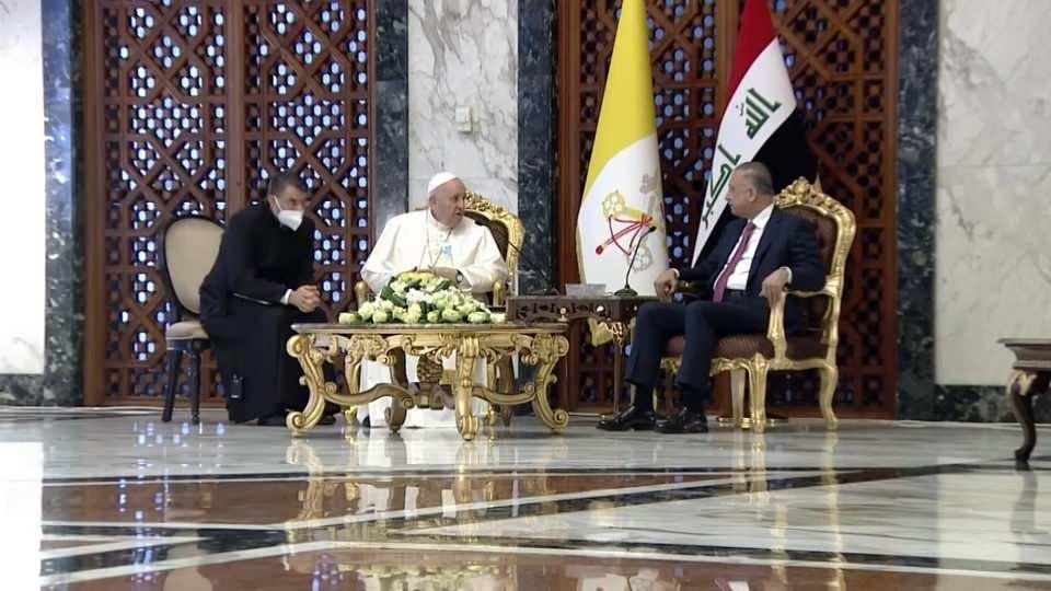 <p>Katoliklerin ruhani lideri ve Vatikan Devlet Başkanı Papa Francis, tarihte ilk kez Irak'a giden Papa oldu. Kalabalık bir koruma ve gazeteci heyetiyle Bağdat'a uçan Papa Francis, dört günlük gezisine başladı. Papa havalimanında Irak Başbakanı Mustafa El Kazımi tarafından karşılandı.</p>  <p></p>  <p></p>