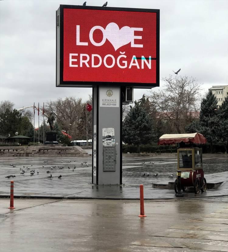 """<p>ABD'nin New York kentindeki reklam panosunda yer alan """"Stop Erdoğan"""" ifadesine cevaben yurdun her tarafında LED ekranlara """"Love Erdoğan"""" görseli yansıtıldı.</p>"""