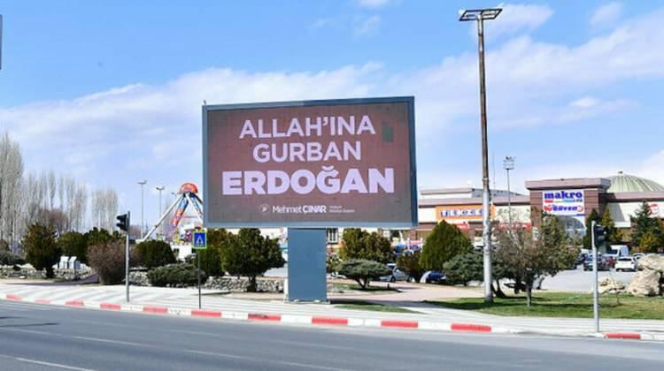 """<p>Malatya'da ise ABD'nin New York kentindeki reklam panosunda yer alan """"Stop Erdoğan"""" ifadesine cevaben LED ekranlara """"Allah'ına gurban Erdoğan"""" görseli yansıtıldı.</p>  <p></p>"""