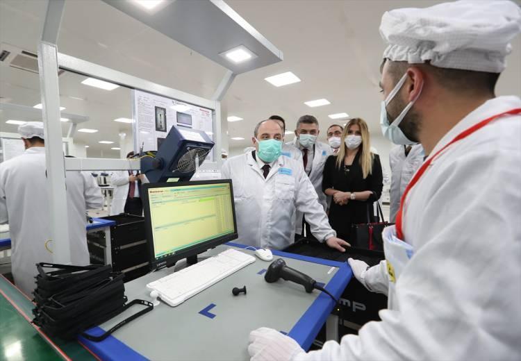 """<p>Xiaomi telefonlarının üretildiği ve önümüzdeki dönemde üretileceği Avcılar'daki fabrikayı ziyaret ediyoruz. Bildiğiniz gibi Xiaomi bir global teknoloji firması. Şu anda marka olarak dünyada en üst sıralara tırmanan, dünyanın en güçlü firmaları arasında yer alan Çin menşeli bir firma. İşte Xiaomi artık telefonlarını Türkiye'de üretmeye başlıyor"""" dedi.</p>"""