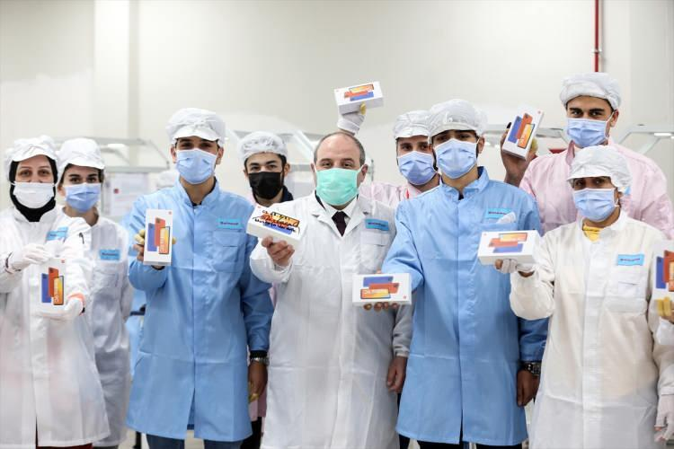"""<p>Sanayi ve Teknoloji Bakanı Mustafa Varank, Türkiye'de test üretimine başlayan Oppo'nun ardından Xiaomi'nin İstanbul'daki fabrikasını da ziyaret etti. Tesiste incelemelerde bulunan Bakan Varank, """"Önümüzdeki aydan itibaren bu fabrikada üretilen telefonlar, Türkiye'de satılmaya başlayacak"""" dedi.</p>"""
