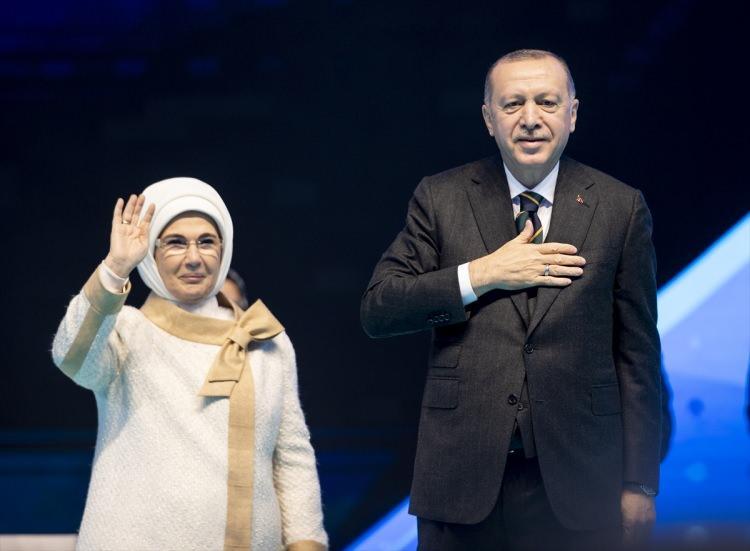 <p>AK Parti 7. Olağan Büyük Kongresi, Ankara Spor Salonu'nda yapıldı. Kongreye katılan Cumhurbaşkanı ve AK Parti Genel Başkanı Recep Tayyip Erdoğan ile eşi Emine Erdoğan partilileri selamladı.</p>  <p></p>