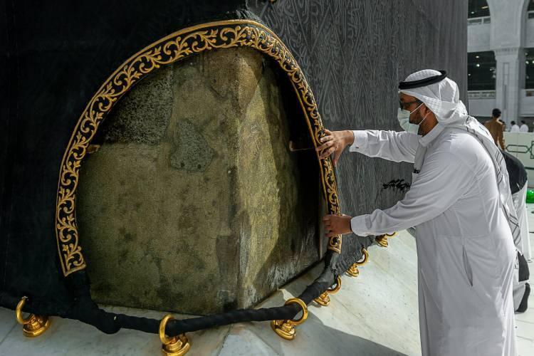 <p>Suudi Arabistan İki Kutsal Cami İşleri Genel Başkanlığı tarafından yapılan açıklamada, Ramazan ayının yaklaşması ile Kabe örtüsünün mevsimlik bakım çalışmalarının başladığı bildirildi.</p>